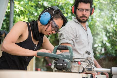 Mei Ling (links) im Wangeliner Workcamp. | Foto: Hendrik Silbermann (ARTWORKs)