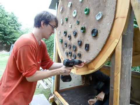 Nils beim Upcycling Workcamp